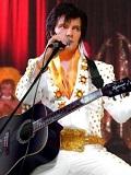 Een foto van de lookalike van Elvis Presley
