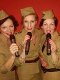 Een foto van de lookalike en imitator van The Andrews Sisters